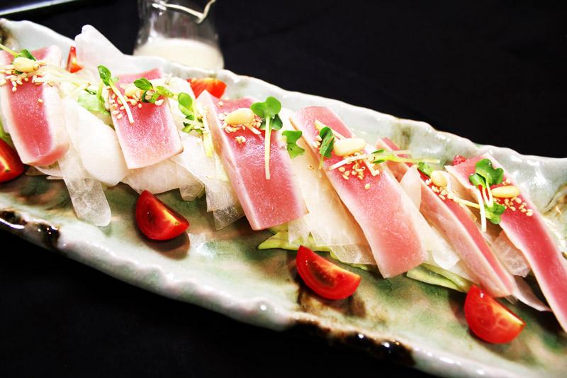 マグロのたたきあっさりサラダ<br>Refreshing Seared Tuna Salad