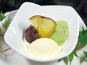抹茶とバニラと小倉あんの三点盛<br>Matcha, Vanilla and Ogura Red Bean Assorted Ice Cream