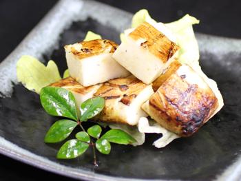 はんぺんの藁焼き<br>Straw Fired Hanpen (Fish cake)