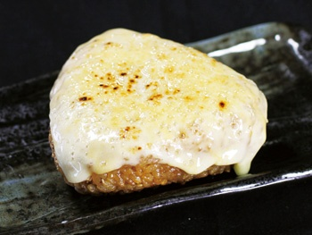 チーズ焼きおにぎり<br>Toasted Rice Ball with Cheese and Soy Sance