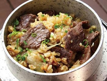 牛さがりのガーリックバター肉釜めし<br>Rice with Beef