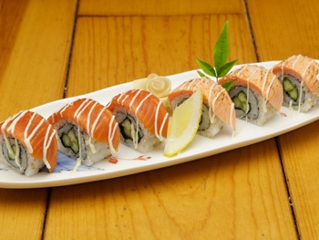 サーモンロール寿司 <塩炙り・漬け><br>Salmon Rolled Sushi (Salt Broiled / Marinated)