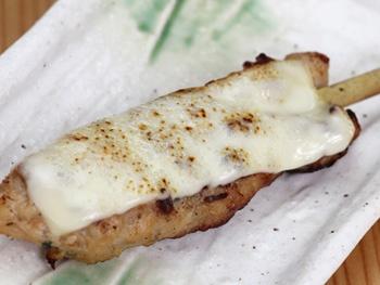 つくね チーズ(1本)<br>Grilled Minced Chicken Meatball Skewers with Cheese