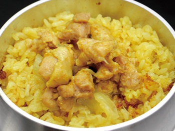 チキンカレー釜飯<br>Japanese rice pilaf cooked in an iron pot with Chicken curry