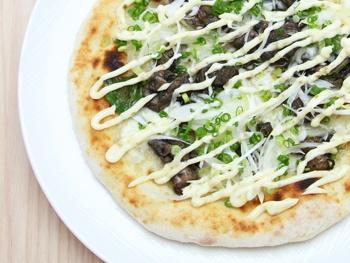 恵屋名物<br>鶏の炭火焼ピザ<br>Grilled Chicken Thigh Pizza