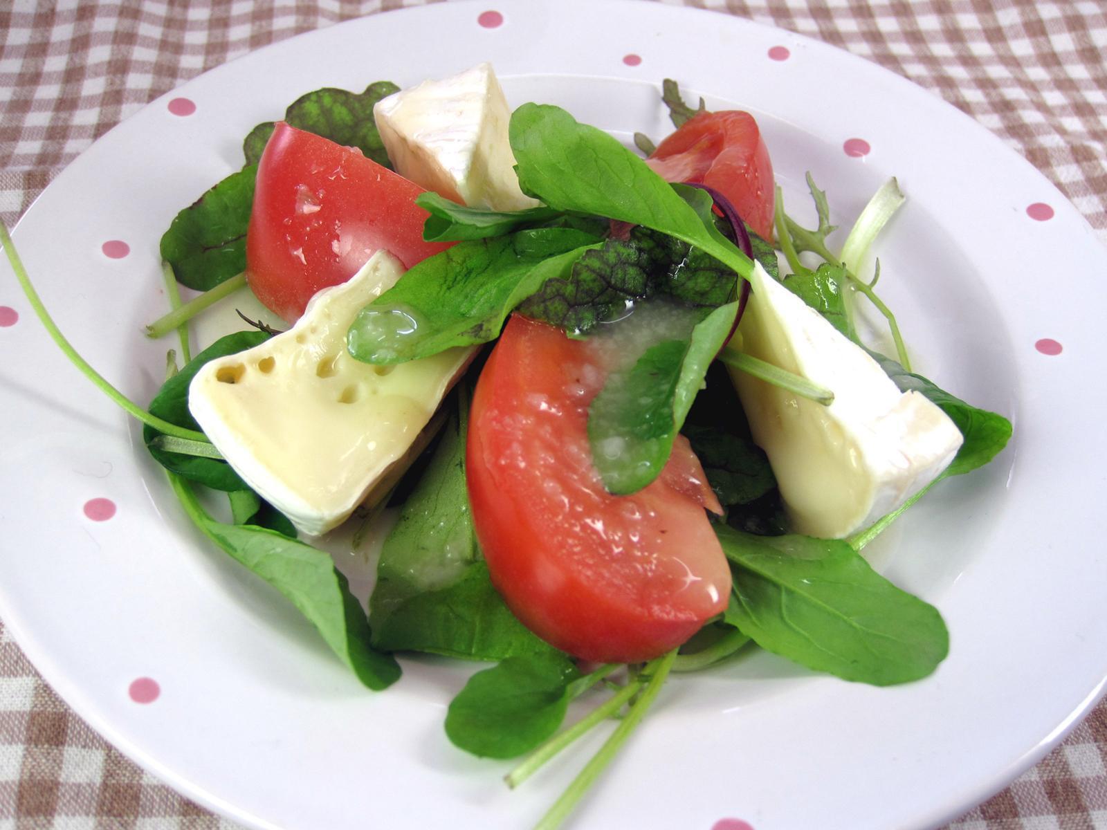 トマトとカマンベールチーズサラダ